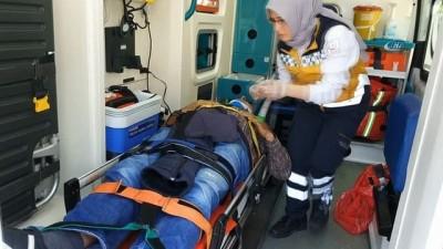 Sağlık ekipleri yaralı sürücüyü zor sakinleştirdi...Tüp yüklü kamyonet kamyonla çarpıştı: 2 yaralı