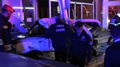 Otomobil aydınlatma direğine çarptı: 4 yaralı - TOKAT
