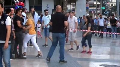 Polisler turiste şüpheli paketi anlatmak için yoğun çaba harcadı