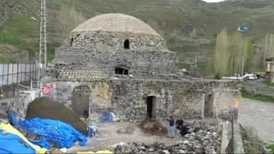 Tarihi Mazlum Ağa Hamamı duvarında Osmanlı dönemine ait yarasa kanadı figürü çıktı