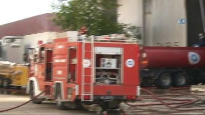 Antalya serbest bölgede yangın... Tekne imalathanesinde çıkan yangın kontrol altına alınmaya çalışılıyor