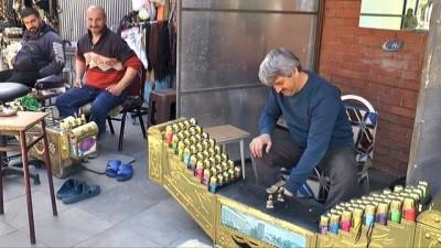 Çocuklarının geçimini ayakkabı boyacılığıyla sağlamaya çalışıyor