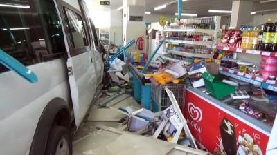 Öğrenci servisi markete girdi: 3 Yaralı