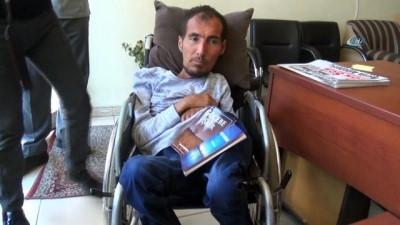 Yüzde 90 engelli olmasına rağmen İngilizce öğrenip, kitap yazdı