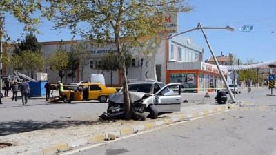 Karaman'da 2 kişinin yaralandığı kaza anı güvenlik kamerasına yansıdı