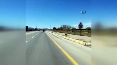 Traktörle ters giden sürücü herkesi tehlikeye attı