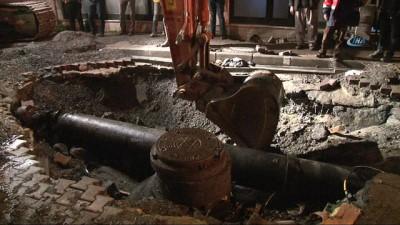 Fatih'te su borusu patladı mahalleyi su bastı