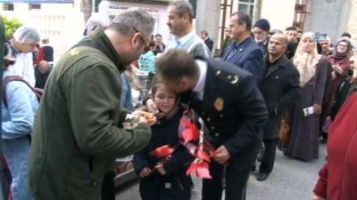 Avcılar'da polis, şehitler için vatandaşa lokma dağıttı