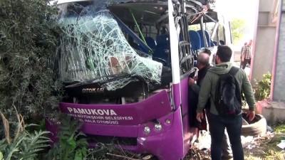 Midibüs üst geçit direğine çarptı: 16 yaralı - SAKARYA
