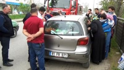 Otomobilde kilitli kalan çocuğu itfaiye ekipleri camı kırarak kurtardı