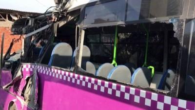 Sakarya'da özel halk otobüsü üst geçidin ayağına çarptı: 16 yaralı