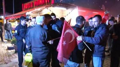 Polisleri 'Kavga var' diye çağırdılar, meşale ve pastayla karşıladılar