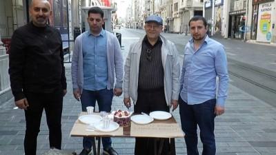 sizce -  İstiklal Caddesi'nde esnaftan pastalı 1 Mayıs kutlaması