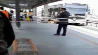 Metrobüs durağına kaçak olarak girmeye çalışan Suriyeli bir çocuğa metrobüs çarptı