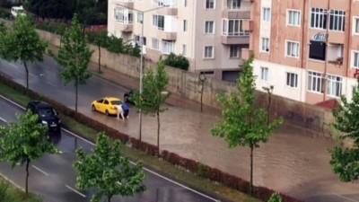 Çorlu'da sağanak yağış rögarların taşmasına neden oldu
