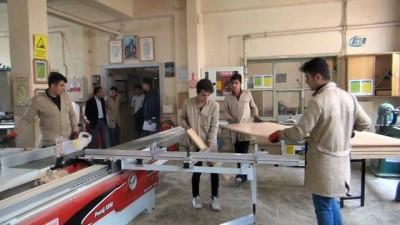 Fabrika gibi çalışan okuldan muhtaç öğrencilere mobilya yardımı