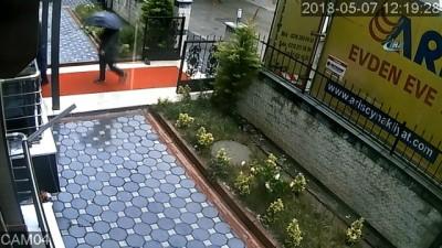 ne var ne yok -  Kartal'da iki daireyi soyan şemsiyeli hırsızlar kamerada