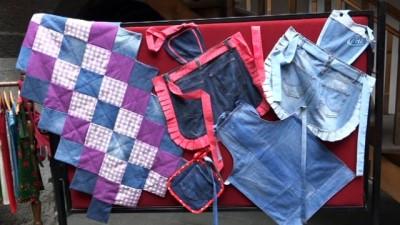 Çöpe atılan kot kumaşlardan onlarca ürün yaptı