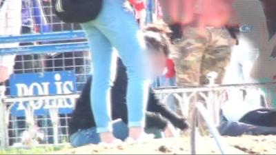 Taksim'de alkol kullanan genç kız ayakta durmakta zorlandı