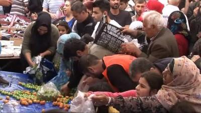 Ramazan ayı öncesi sebze ve meyveyi bedava dağıttı