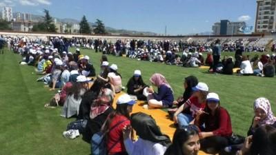 Bin 800 öğrenci stadyumda kurulan yer sofrasında yemek yiyerek, oku dedi