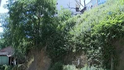 Kağıthane Nurtepe'de park halindeki ticari taksi apartman boşluğuna düştü
