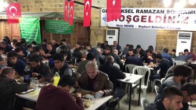 Bayburtlular ilk iftarını tarihi Taşhan'da yaptı
