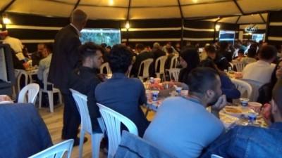 İftar yemeğinde bir araya gelip, dualar ederek oruçlarını açtılar