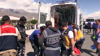 Halk otobüsü ile hafif ticari araç çarpıştı: 2 ölü, 11 yaralı - ERZİNCAN