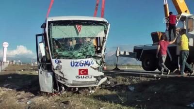 Halk otobüsü ile hafif ticari araç çarpıştı: 3 ölü, 15 yaralı - ERZİNCAN