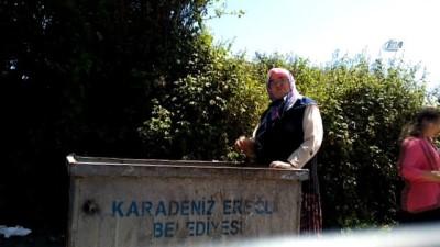 en yasli kadin -  Torunu için çöpten dolmalık biber topladı