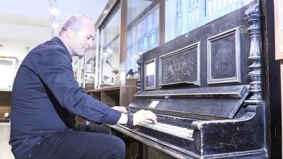 350 yıllık piyano ziyaretçilerini cezbediyor - KARS