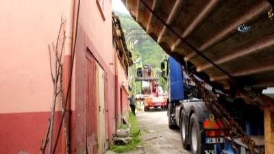 Dev maya tankları köyün içinde sıkıştı