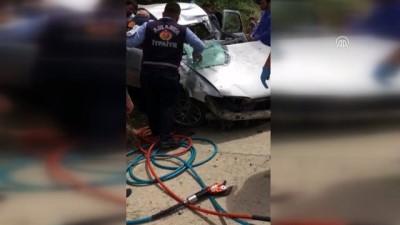 Amasya'da otomobil istinat duvarına çarptı: 4 yaralı