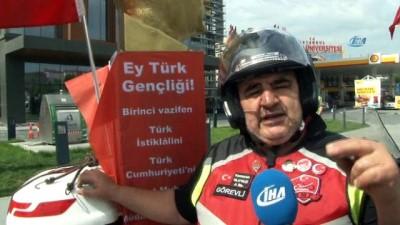 Atatürk büstü ve dev Türk bayrağıyla trafikte seyreden motosiklet sürücüsü dikkat çekti