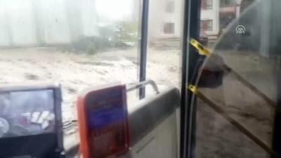 Selde otobüs durağında mahsur kalan çocuklar kepçeyle kurtarıldı - ERZURUM