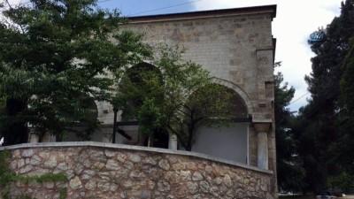 Bursa'da tarihi skandal...Madde bağımlıları ısınmak için, tarihi türbenin tarihi kapısını yaktı