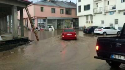 Karlıova'da sağanak yağış caddeleri göle çevirdi