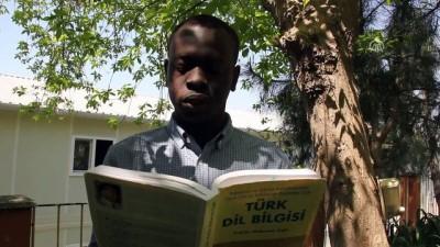 Sudanlı genç, Türk öğrencilere Türkçe dersi veriyor - İSTANBUL