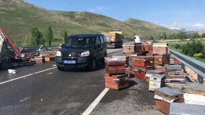 Devrilen tırdaki arı kovanları karayoluna saçıldı - BAYBURT