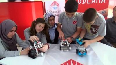 Öğrencilerinin yaptığı bir birinden farklı robotlar yarıştı