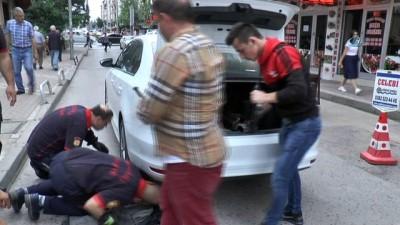 Seyir halinde otomobilinden kedi sesi gelince itfaiyeyi seferber etti