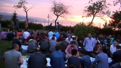 Ayasofya Camisi'nin bahçesinde, yer sofrasında iftar yaptılar