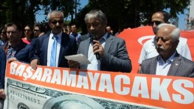 Doları yakarak protesto ettiler