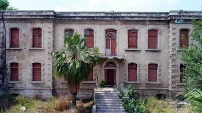 Tarihi emniyet binasını restore etmek yerine pencerelerine tuğla ördüler