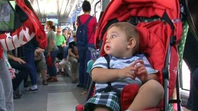 Tramvayda müzik keyfi İzle