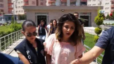 Ofis basıp terör estiren o kızlar bu kez gazetecilere saldırdı