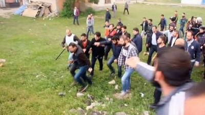 polis ekipleri -  Meydan muharebesi gibi kavga...Kız kaçırma meselesi yüzünden 200'e yakın kişi birbirine girdi: 2'si polis 15 yaralı