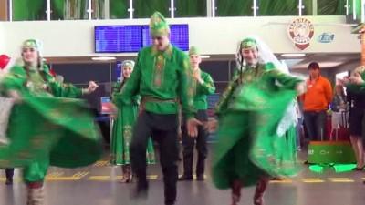Tataristan'dan Türkiye'ye devlet töreni ile gelen turistler karşılandı