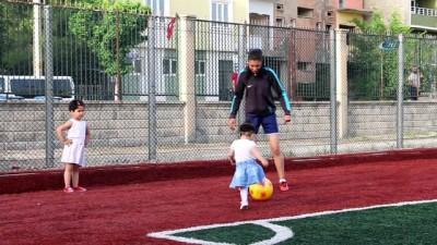 Siirtli sporcu kızdan gururlandıran hareket